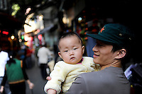 Asien CHINA , Provinz Guangdong , Metropole Guangzhou (Kanton) , Vater mit einem Kind / CHINA Guangzhou , father with one child