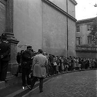 """Affaire de la """"Tournerie des drogueurs""""  JUIN 1961<br /> <br /> Devant le Palais de Justice, rue des Fleurs. 5 juin 1961. Vue d'ensemble de la file d'attente des personnes venues assister au procès (vue de 3/4 face). Cliché pris dans le cadre de l'affaire de la """"Tournerie des drogueurs"""" dont le procès s'est ouvert à Toulouse le 5 juin 1961. Observation: Affaire de la """"Tournerie des drogueurs"""" : Procès qui s'est ouvert aux assises de Toulouse le 5 juin 1961, sous la présidence de M. Gervais (conseiller doyen). Sur le banc des accusés se trouvent François Lopez, Raoul Berdier, Marie-Thérèse Davergne (Maïté) et d'autres malfaiteurs toulousains (Camille Ajestron, Henri Oustric, Raymond Peralo, Marcel Filiol, Paul Carrère, Charles Davant et François Borja). Outre les accusations pour association de malfaiteurs, ils comparaissent pour l'assassinat de Jean Lannelongue, propriétaire du Cabaret la Tournerie des Drogueurs (rue des Tourneurs) dans la nuit du 3 au 4 janvier 1959, au cours d'une tentative de racket."""