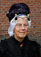 Vrouw in klederdracht uit Enkhuizen. Klederdrachtdag in het Zuiderzeemuseum in Enkhuizen