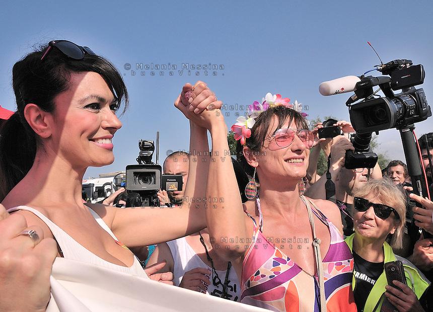 Parata del gay pride a Palermo, Maria Grazia Cucinotta madrina del pride con Vladimir Luxuria<br /> Gay pride parade in Palermo, the Italian actress Maria Grazia Cucinotta with Vladimir Luxuria