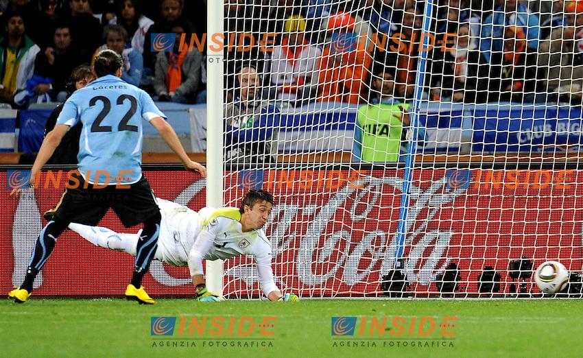 Fernando Muslera (Uruguay) non riesce a parare il tiro di Wesley Snejider (Olanda)<br /> Uruguay Olanda - Uruguay vs Netherlands<br /> Semifinale - Semifinal<br /> Campionati del Mondo di Calcio Sudafrica 2010 - World Cup South Africa 2010<br /> Green Point Stadium, Cape Town  06/07/2010<br /> &copy; Giorgio Perottino / Insidefoto