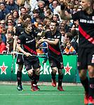 BLOEMENDAAL   - Hockey -  Jan Willem Buissant brengt de stand op 0-2. rechts Nicki Leijs (A'dam). 3e en beslissende  wedstrijd halve finale Play Offs heren. Bloemendaal-Amsterdam (0-3).     Amsterdam plaats zich voor de finale.  COPYRIGHT KOEN SUYK