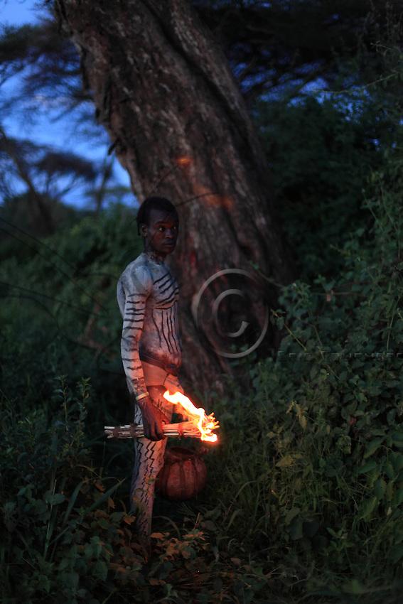 At night, they get ready for the harvest.///Dans la nuit, on se prépare pour la récolte.