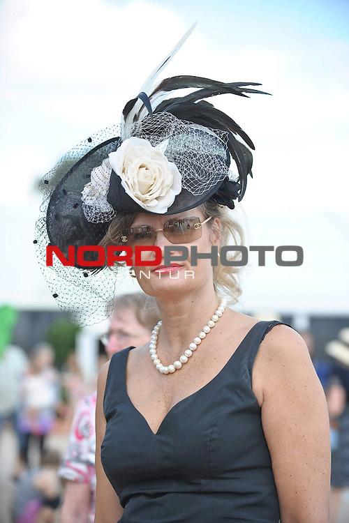 18.07.2010, Hamburg, GER, Reitsport, 141. IDEE Deutsches Derby, im Bild Feature Frau mit Hut<br /> Foto &copy; nph / Witke
