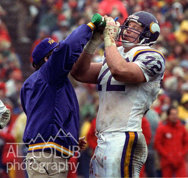 San Francisco 49ers vs  Minnesota Vikings  at Candlestick Park Saturday, January 9, 1988.. Vikings beat 49ers 36-24.Minnesota Vikings Guard Dave Huffman (72) gets a drink...