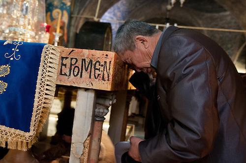 Jerusalem, Fevrier 2011. Un homme en pelerinage en Terre Sainte a l'Eglise de Saint Sepulcre.