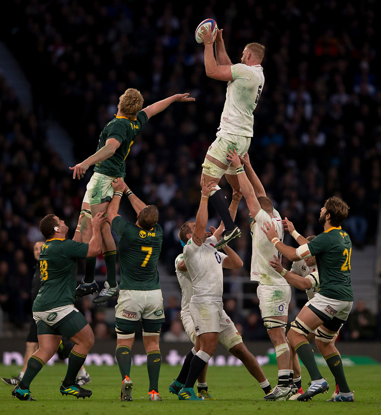 England's George Kruis claims the lineout<br /> <br /> Photographer Bob Bradford/CameraSport<br /> <br /> Quilter Internationals - England v South Africa - Saturday 3rd November 2018 - Twickenham Stadium - London<br /> <br /> World Copyright © 2018 CameraSport. All rights reserved. 43 Linden Ave. Countesthorpe. Leicester. England. LE8 5PG - Tel: +44 (0) 116 277 4147 - admin@camerasport.com - www.camerasport.com