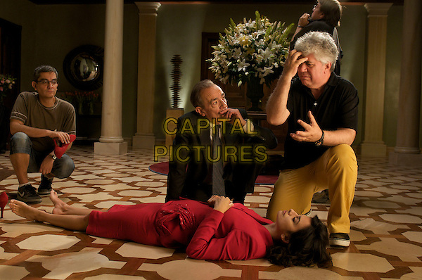 PENELOPE CRUZ & PEDRO ALMODOVAR (DIRECTOR).on the set of Broken Embraces (Los abrazos rotos).*Filmstill - Editorial Use Only*.CAP/PLF.Supplied by Capital Pictures.