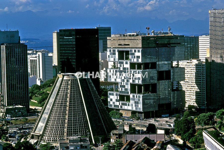 Catedral Metropolitana e Petrobrás. Rio de Janeiro.  2003. Foto de Ricardo Azoury.