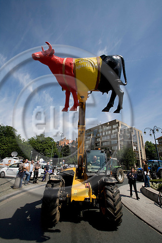 BRUSSELS - BELGIUM - 18 JUNE 2008 -- Hundreds of Farmers from belgian Wallonia went with their tractors to brussels to protest against high fuel cost the day before an EU summit to push leaders for help coping with skyrocketing fuel prices. Here a tractor with a artificial cow up in the air.  Photo: Erik Luntang/EUP-IMAGES