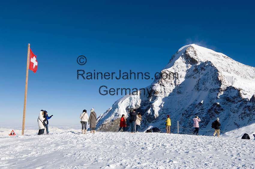 CHE, Schweiz, Kanton Bern, Berner Oberland, Grindelwald: Aussichtsplateau am Jungfraujoch - Top of Europe - mit Blick auf den Moench 4.107 m | CHE, Switzerland, Bern Canton, Bernese Oberland, Grindelwald: look-out plateau at Jungfraujoch - Top of Europe - w. Moench mountain 13.475 ft.