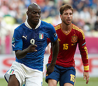10.06.2012. Gdansk, Polonia. Eurocopa 2012.Balotelli (L) and Sergio Ramos (R)  in action during match between Spain against Italy in Gdsnk Arena