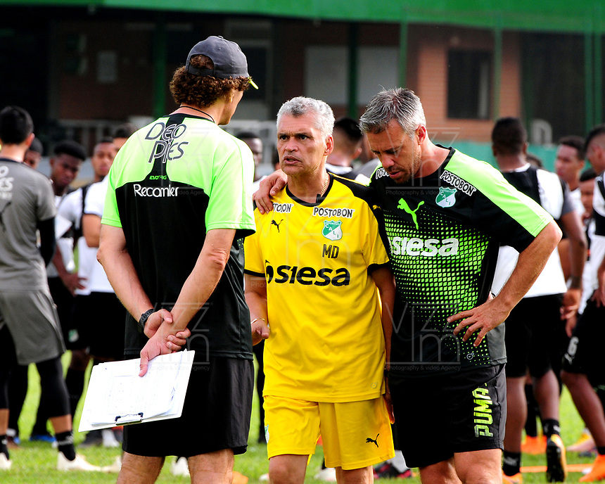 CALI - COLOMBIA, 08-01-2019: Lucas Pussineri (Der.) técnico y Rubén Tanucci (Izq.) asistente técnico del Deportivo Cali durante entrenamiento previo a la Liga Águila I 2019 en la sede campestre del Club en Pance, Colombia. / Lucas Pussineri (R) coach and Ruben Tanucci (L) Technical Assistant of Deportivo Cali during training prior the Aguila League I 2019 at sporting headquarters in Pance, Colombia. Photo: VizzorImage/ Nelson Ríos / Cont.
