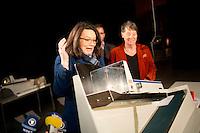 Die SPD-Generalsekret&auml;rin Andrea Nahles demonstriert am Freitag (13.12.13) in Berlin die Hochleistungsschlitzmaschine f&uuml;r die &Ouml;ffnung der Briefe des SPD Mitgliederentscheids zur Gro&szlig;en Koalition mit der CDU/CSU.<br /> Foto: Axel Schmidt/CommonLens