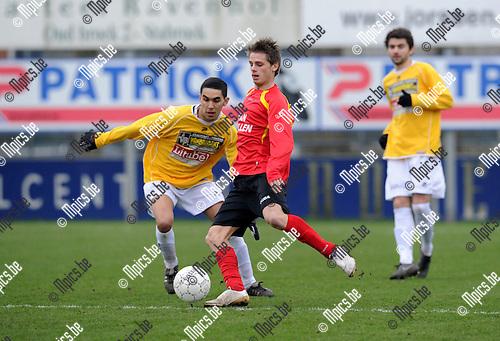 2011-02-20 / Voetbal / seizoen 2010-2011 / Kapellen - KSC Wielsbeke / Boussaid met Maxim Van Hoydonck (r, Kapellen)..Foto: mpics