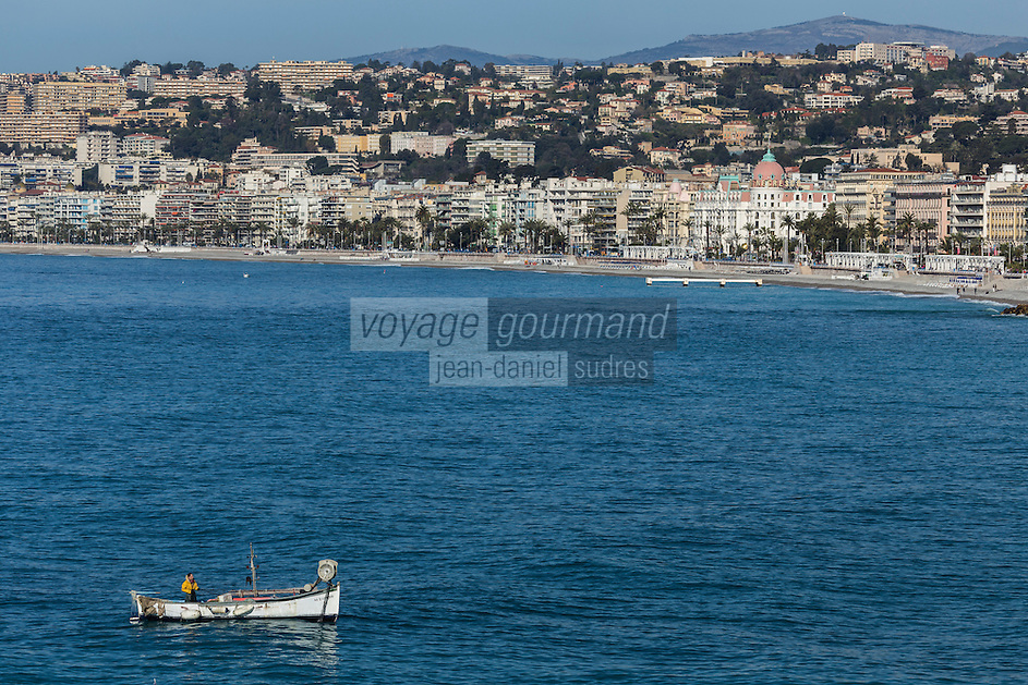 Europe/France/Provence-Alpes-Côte d'Azur/Alpes-Maritimes/Nice: Pointu à la Pêche devant la Promenade des Anglais // Europe, France, Provence-Alpes-Côte d'Azur, Alpes-Maritimes, Nice:  Pointu, local fishing boat in  front of the Promenade des Anglais