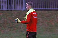 Torwart Lukas Hradecky (Eintracht Frankfurt) spielt beim Training der Feldspieler mit - 05.12.2017: Eintracht Frankfurt Training, Commerzbank Arena