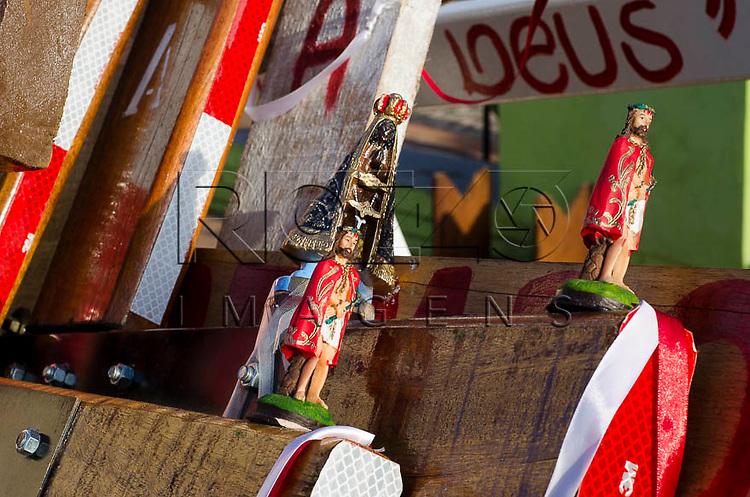 Detalhe de santos nas cruzes, que são carregadas pelos peregrinos, Pirapora do Bom Jesus - SP, 04/2014. cidade situada na margem do Rio Tietê poluido - área metropolitana de São Paulo.
