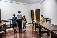 Children police, No vidomegon, due bambine alle visite preliminari presso il Centro minori con poliziotti, psicologi e mediatori escono dalla stanza del primo colloquio