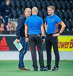 AMSTELVEEN -  scheidsrechters Pieter Hembrecht en Daniel Veerman met coach Michel van den Heuvel (Bldaal) . tijdens de play-offs hoofdklasse  heren , Amsterdam-Bloemendaal (0-2).    COPYRIGHT KOEN SUYK