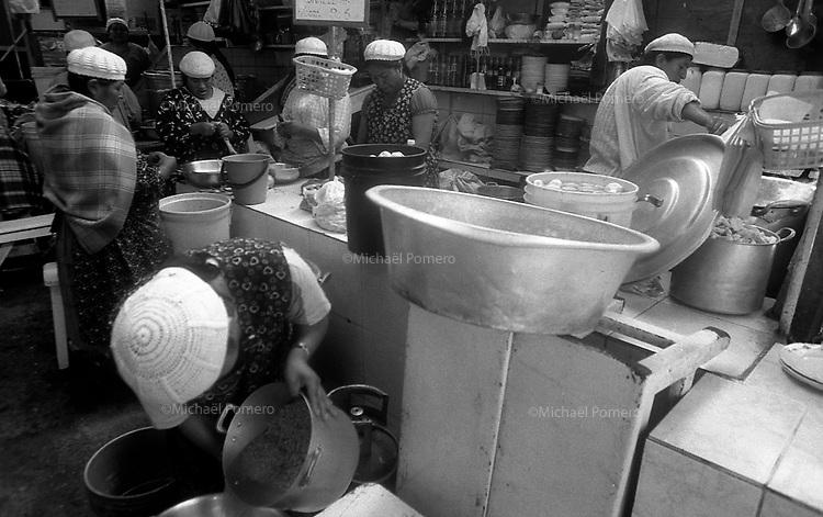 02.2010 La Paz (Bolivia)<br /> <br /> Femmes en train de cuisiner dans un marché de La Paz.<br /> <br /> Women cooking in a market of La Paz.