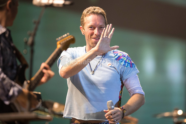 06th July 2017 - Chris Martin performs with Herbert Groenemeyer at Global Citizen Festival 2017 at Barclaycard Arena in Hamburg, Germany. | Verwendung weltweit/picture alliance /MediaPunch ***FOR USA ONLY***