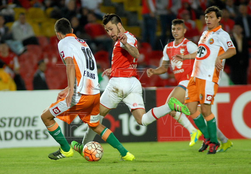 BOGOTA- COLOMBIA – 15-03-2016: Jonathan Gomez (Der.) jugador de Independiente Santa Fe de Colombia, disputa el balon con Flavio Rojas (Izq.) jugador de Cobresal de Chile, durante partido entre Independiente Santa Fe de Colombia y Cobresal de Chile,  por la segunda fase de la Copa Bridgestone Libertadores en el estadio Nemesio Camacho El Campin, de la ciudad de Bogota. / Jonathan Gomez (R) player of Independiente Santa Fe of Colombia, figths for the ball with Flavio Rojas (L) player of Cobresal of Chile, during a match between Independiente Santa Fe of Colombia and Cobresal of Chile, for the second phase, of the Copa Bridgestone Libertadores in the Nemesio Camacho El Campin in Bogota city. VizzorImage / Luis Ramirez / Staff.