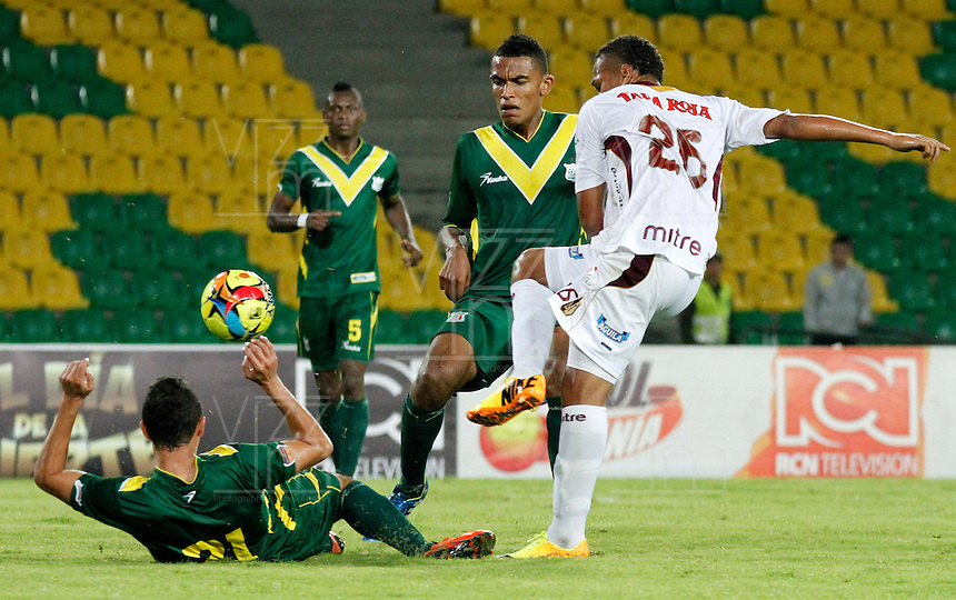 ARMENIA -COLOMBIA, 28-09-2013. Cristian Peña (I) del Quindio disputa el balón con Darwin Lopez (D) del Deportes Tolima  válido por la fecha 12 de la Liga Postobón II 2013 jugado en el estadio Centenario de la ciudad de Armenia./ Quindio player Critian Peña (L) fights for the ball with Deportes Tolima player Darwin Lopez (R) during match valid for the 12th date of the Postobon  League II 2013 played at Centenario stadium in Armenia city. Photo: VizzorImage/STR