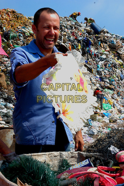 Vik Muniz.in Waste Land .*Filmstill - Editorial Use Only*.CAP/PLF.Supplied by Capital Pictures.