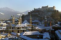 Oesterreich, Salzburg im Winter, Blick vom Moenchsberg auf Altstadt und Festung Hohensalzburg, Unesco-Weltkulturerbe