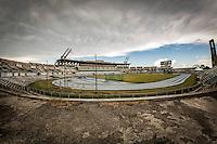 Estadio Panamericano (Stade Panam&eacute;ricain de La Havane) Stadion i Cojimar i den &oslash;stlige del af Havana, Cuba. <br /> Det er indviet 1. august 1991 og blev brugt til de Panamerikanske Leje samme &aring;r, men fremst&aring;r nu forfaldent. Udenfor gr&aelig;sser k&oslash;er. <br /> Foto: Jens Panduro