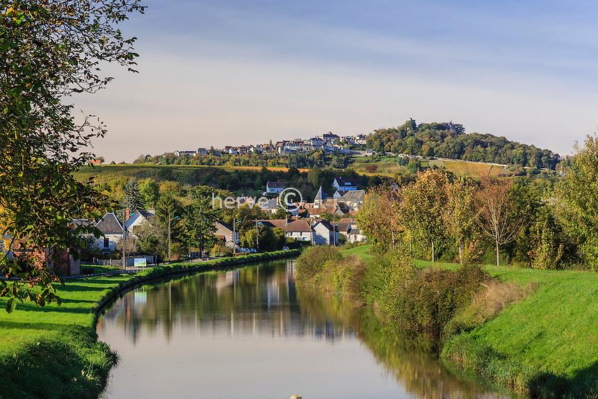 France, Cher (18), région du Berry, Ménétréol-sous-Sancerre, le canal Latéral à la Loire et Sancerre derrière // France, Cher, Menetreol-sous-Sancerre, the village and the  canal lateral a la Loire, Sancerre behind