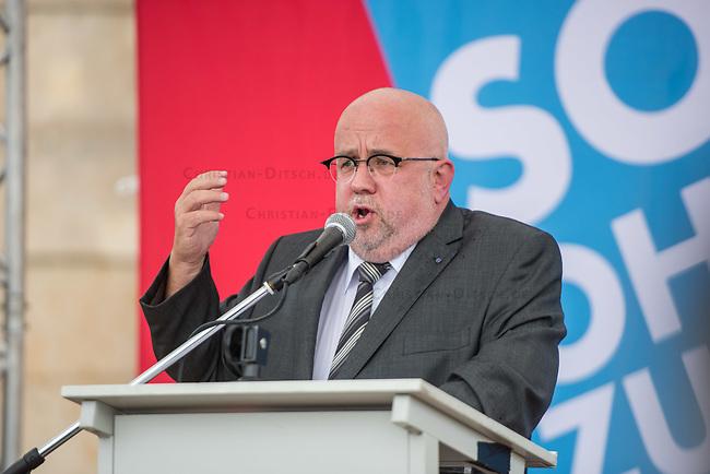 AfD-Kundgebung in Potsdam.<br /> Ca. 70 AfD-Anhaenger kamen am Samstag den 9. September 2017 zu einer Wahlveranstaltung der rechtsnationalistischen &quot;Alternative fuer Deutschland&quot;, AfD. Unter den Teilnehmern waren u.a. Neonazis die &quot;Patrioten Cottbus&quot; oder die sog. &quot;Schwarze Sonne&quot;, ein Zeichen der SS auf ihren Jacken trugen. Offiziell hatte die AfD die Kundgebung als Gruendung einer rechten Gewerkschaft namens &quot;Alternativer Arbeitnehmerverband Mitteldeutschland&quot; (Alarm) in Brandenburg deklariert.<br /> 500 Menschen protestierten friedlich gegen die Veranstaltung.<br /> Im Bild: Juergen Pohl aus Thueringen. Er leitet das Wahlkreisbuero von Bjoern Hoecke.<br /> 9.9.2017, Potsdam<br /> Copyright: Christian-Ditsch.de<br /> [Inhaltsveraendernde Manipulation des Fotos nur nach ausdruecklicher Genehmigung des Fotografen. Vereinbarungen ueber Abtretung von Persoenlichkeitsrechten/Model Release der abgebildeten Person/Personen liegen nicht vor. NO MODEL RELEASE! Nur fuer Redaktionelle Zwecke. Don't publish without copyright Christian-Ditsch.de, Veroeffentlichung nur mit Fotografennennung, sowie gegen Honorar, MwSt. und Beleg. Konto: I N G - D i B a, IBAN DE58500105175400192269, BIC INGDDEFFXXX, Kontakt: post@christian-ditsch.de<br /> Bei der Bearbeitung der Dateiinformationen darf die Urheberkennzeichnung in den EXIF- und  IPTC-Daten nicht entfernt werden, diese sind in digitalen Medien nach &sect;95c UrhG rechtlich geschuetzt. Der Urhebervermerk wird gemaess &sect;13 UrhG verlangt.]