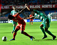 CALI - COLOMBIA, 02- 04-2019: Jhonier Viveros de América de Cali, disputa el balón con Amaury Torralvo de La Equidad, durante partido entre América de Cali y La Equidad, de la fecha 13 por la Liga Águila I 2019 jugado en el estadio Pascual Guerrero de la ciudad de Cali. / Jhonier Viveros of America de Cali de Cali, vies for the ball with Amaury Torralvo of La Equidad, during a match between America de Cali and La Equidad, of the 13th date for the Aguila Leguaje I 2019 at the Pascual Guerrero stadium in Cali city. Photo: VizzorImage / Nelson Ríos / Cont.