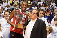 RIO DE JANEIRO, 27.04.2014 - Fabiana da equipe SESI (SP) recebe o troféu de vicecampeã da Superliga 2013/2014 disputada neste domingo no Maracanazinho. (Foto: Néstor J. Beremblum / Brazil Photo Press)