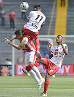 BOGOTÁ -COLOMBIA, 12-09-2015. Yeison Gordillo (Izq) de Independiente Santa Fe disputa el balón con Mauricio Gomez (C) y Raul Loaiza (Der) jugador de Patriotas FC durante partido por la fecha 12 de la Liga Aguila II 2015 jugado en el estadio Nemesio Camacho El Campín de la ciudad de Bogotá./ Yeison Gordillo player (L) of Independiente Santa Fe fights for the ball with Mauricio Gomez (C) and Raul Loaiza (R) player of Patriotas FC during the match for the 12th date of the Aguila League II 2015 played at Nemesio Camacho El Campin stadium in Bogotá city. Photo: VizzorImage/ Gabriel Aponte / Staff