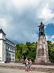 Litwa, Wilno, 08.07.2014. Pomnik księcia Giedymina założyciela Wilna stojący na głównym placu Wilna, obok kościoła katedralnego.