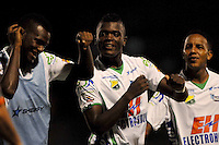 ENVIGADO -COLOMBIA-21-04-2013. Cristian Canga (c) del Huila celebra un gol en contra de Envigado durante partido de la fecha 12 Liga Postobón 2013-1./ Cristian Canga (c) of Huila celebrates a goal against Envigado during match of the 12th date of Postobon  League 2013-1.  Photo:VizzorImage/Luis Ríos/STR