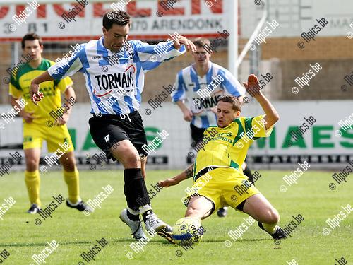 2009-08-30 / Voetbal / seizoen 2009-2010 / Witgoor Dessel - Geel-Meerhout / Philip Piedfort met een tackle op Davy Heymans (maker van de 0-1 voor Geel-Meerhout)..Foto: Maarten Straetemans (SMB)