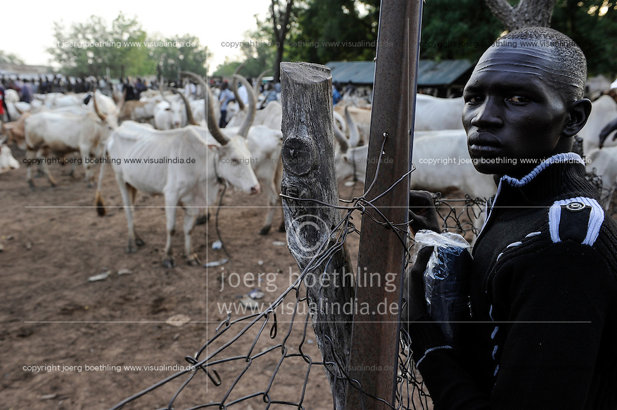 SOUTH SUDAN  Bahr al Ghazal region , Lakes State, town Rumbek, cattle market and auction of cebu cow, Nuer Tribesman with six horizontal scars across his forehead /  SUED-SUDAN  Bahr el Ghazal region , Lakes State, Rumbek , Viehmarkt, Auktion und Handel mit Zeburindern, Nuer Mann mit sechs horizontalen Skarifizierungen auf der Stirn