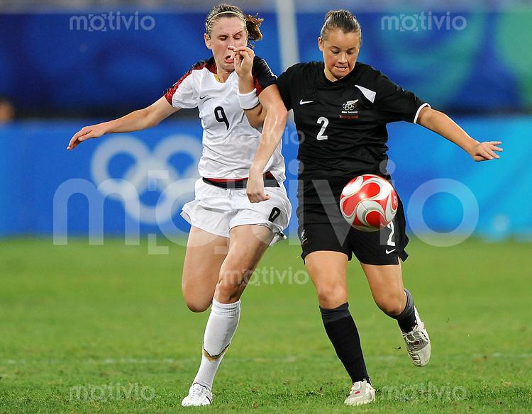 Olympia 2008  Peking  Fussball  Frauen   12.08.2008 USA - Neuseeland Heather O REILLY (USA, l) gegen Ria PERCIVAL (NZL).