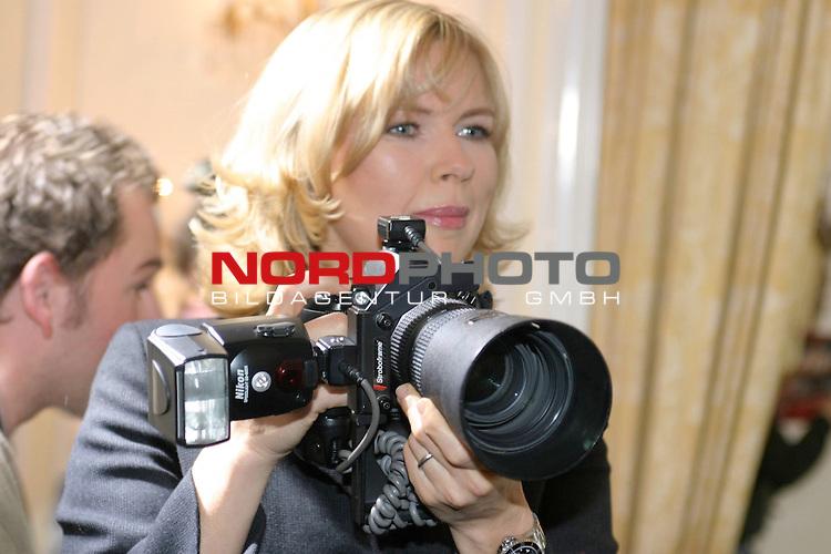 Fotocall zu &quot;Sterne leuchten auch am Tag&quot;, ZDF-Fernsehfilm, Ausstrahlung am 6.Dezember 2004<br /> <br /> Veronica Ferres, Halbkoerper, greift selbst zur Kamera und fotografiert die Fotografen.<br /> <br /> Foto &copy; nordphoto / Volker Sarbach<br />  *** Local Caption *** Foto ist honorarpflichtig! zzgl. gesetzl. MwSt.<br />  Belegexemplar erforderlich<br /> Adresse: nordphoto<br /> Georg-Reinke-Strasse 1<br /> 49377 Vechta