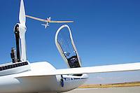 Segelflugzeug im Eigenstart: SPANIEN 28.07.2015: Segelflugzeug im Eigenstart, Arcus startet ueber eine ASH 31 hinweg