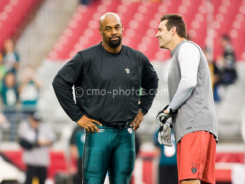 Jan 18, 2009; Glendale, AZ, USA; Philadelphia Eagles quarterback Donovan McNabb (left) and Arizona Cardinals quarterback Kurt Warner (right) talk to each other prior to the NFC Championship Game at University of Phoenix Stadium.  The Cardinals won the game 32-25 to advance to Super Bowl XLIII.  Mandatory Credit: Chris Morrison-US PRESSWIRE