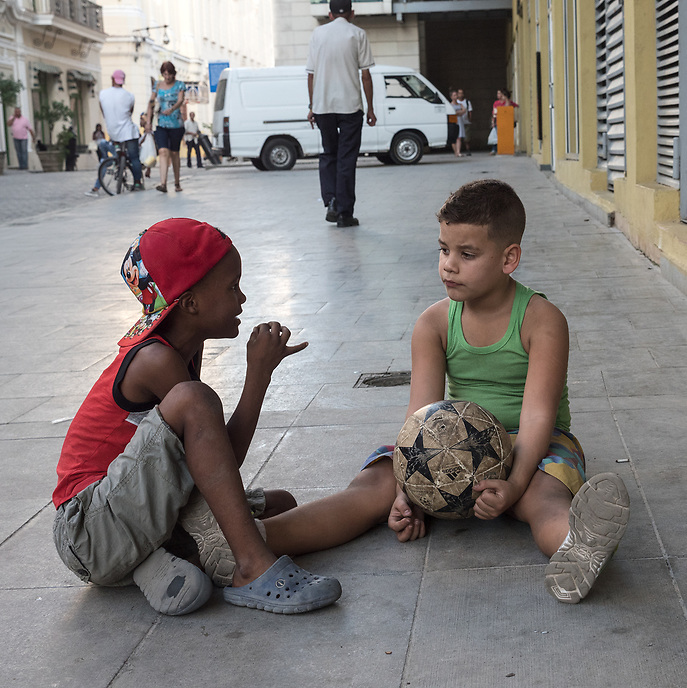 Boys discussing a soccer match, La Habana Vieja