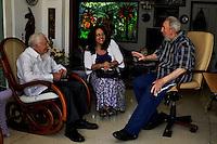 """HAB50. LA HABANA (CUBA), 31/03/2011.- El expresidente cubano, Fidel Castro (d) conversa con el ex presidente de Estados Unidos Jimmy Carter (i) este miércoles 30 de marzo de 2011, momentos antes de la salida del país de Carter. Castro, elogió hoy, jueves 31 de marzo de 2011, al estadounidense Jimmy Carter, al que considera un amigo y el único presidente de Estados Unidos que tuvo """"suficiente serenidad y valor para abordar el tema de las relaciones con Cuba"""", según señala en un artículo de prensa. Carter finalizó ayer una visita de tres días a Cuba, donde tuvo ocasión de reunirse el miércoles con Fidel Castro, quien ya en 2002 recibió a Carter en su primer viaje a la isla. EFE/CORTESÍA/ESTUDIOS REVOLUCION/CUBADEBATESOLO USO EDITORIAL/NO VENTAS."""