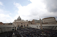 Una panoramica di Piazza San Pietro durante la Messa di Pasqua celebrata da Papa Francesco. Cittàdel Vaticano, 16 aprile 2017. <br /> A overview of Saint Peter square during the Easter mass led by Pope Francis at the Vatican, on April 16, 2017. at the Vatican, on April 16 2017.<br /> UPDATE IMAGES PRESS/Isabella Bonotto<br /> <br /> STRICTLY ONLY FOR EDITORIAL USE