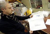 Un tipografo imbusta la copia dell'Osservatore Romano destinata al Santo Padre, nella tipografia del quotidiano, Citta' del Vaticano, 10 marzo 2009..A typographer puts a copy of the Vatican newspaper L'Osservatore Romano into an envelope addressed to the Holy Father, in the rotary press at the Vatican City, 10 march 2009..UPDATE IMAGES PRESS/Riccardo De Luca