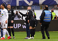 Flitzer macht ein Selfie mit Luka Jovic (Eintracht Frankfurt) - 27.04.2019: Eintracht Frankfurt vs. Hertha BSC Berlin, 31. Spieltag Bundesliga, Commerzbank Arena DISCLAIMER: DFL regulations prohibit any use of photographs as image sequences and/or quasi-video.