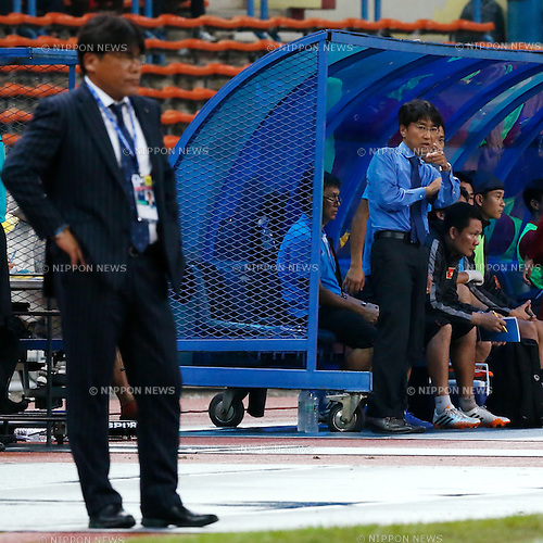 (L-R)  Makoto Teguramori (JPN),  Toshiya Miura (VIE), MARCH 29, 2015 - Football / Soccer : AFC U-23 Championship 2016 Qualification Group I match between U-22 Japan 2-0 U-22 Vietnam at Shah Alam Stadium in Shah Alam, Malaysia. (Photo by Sho Tamura/AFLO SPORT)